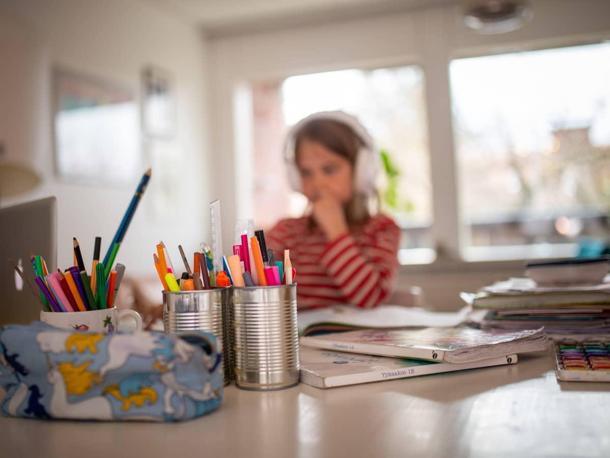 Lapsi tekee kotitehtäviä