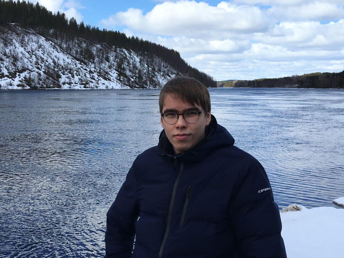 Aleksi Hannula joen rannalla.