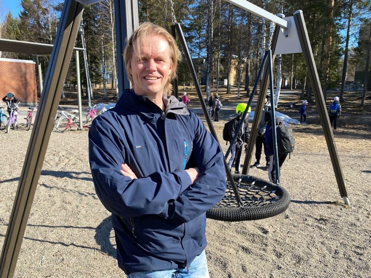 Opettaja Heikki Lonkila Soidinsuon koulun pihalla.