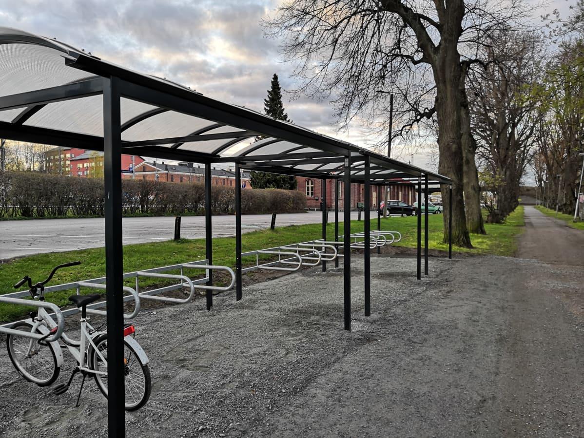 Pyöräteline Hämeenlinnan rautatieasemalla