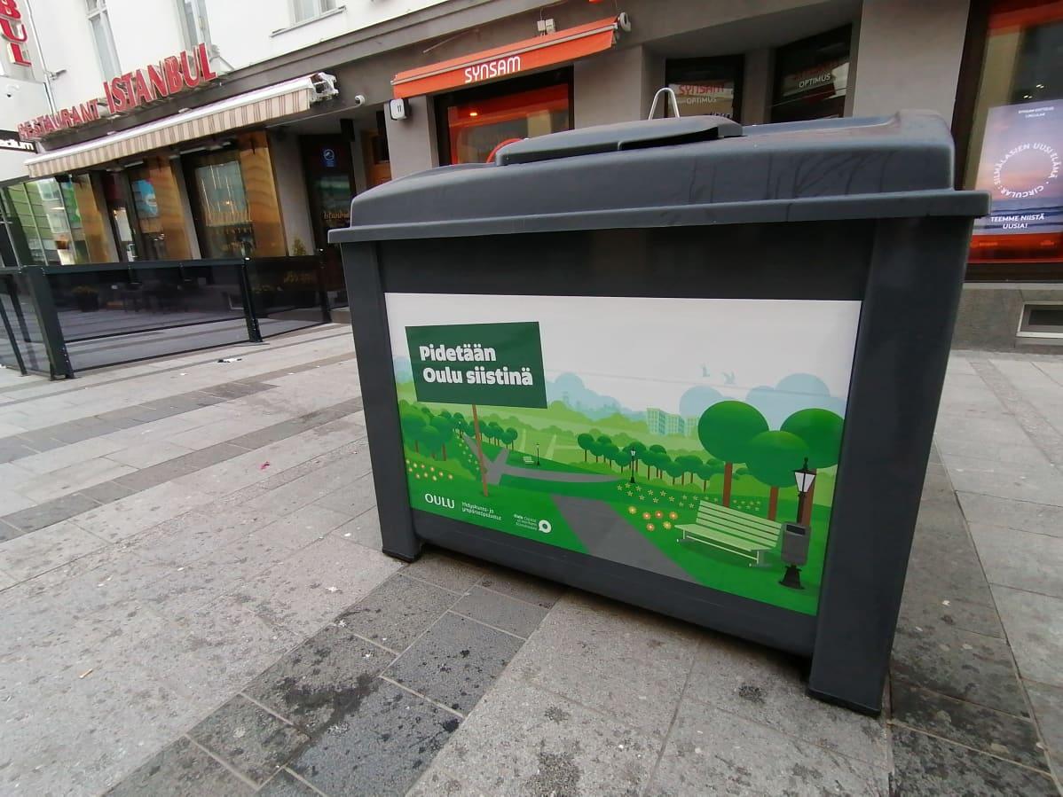 Uudenkarhea roska-astia Oulun keskustassa.