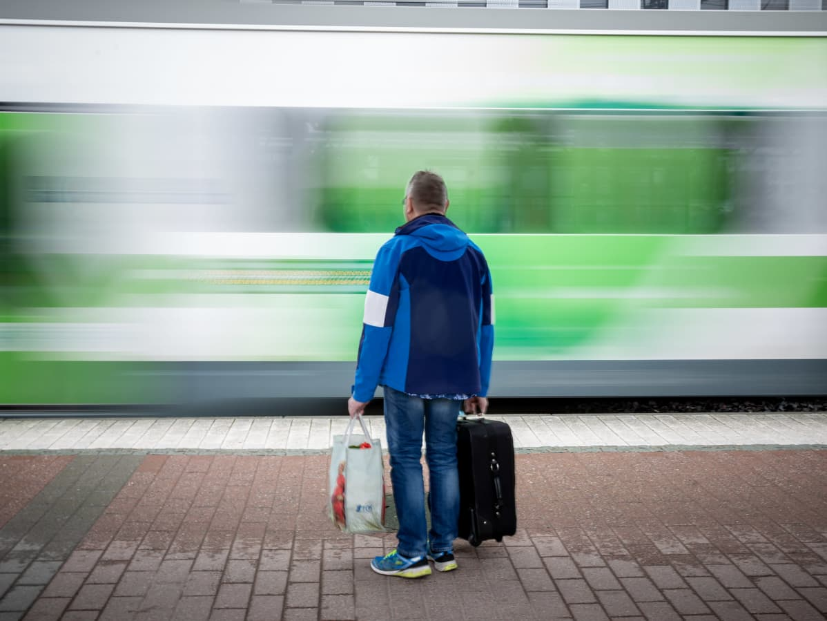 Mies odottaa junaa Tikkurilan rautatieasemalla.