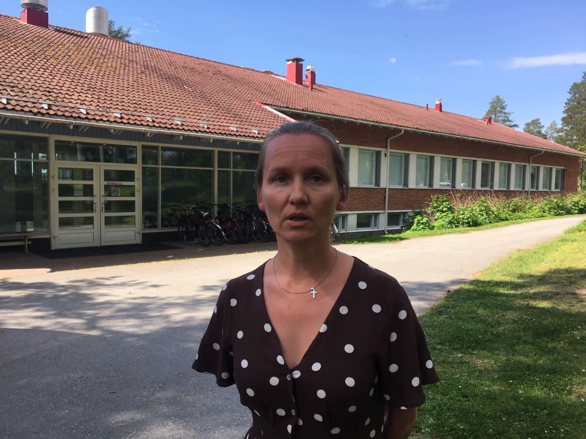 Kuvassa on Lieksan Märäjälahden vastaanottokeskuksen johtaja Tiina Ihalainen.