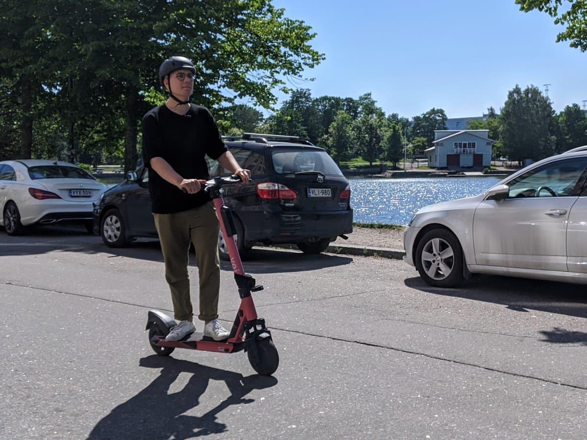 Toimittaja Miika Koskela ajaa Voi sähköpotkulaudalla