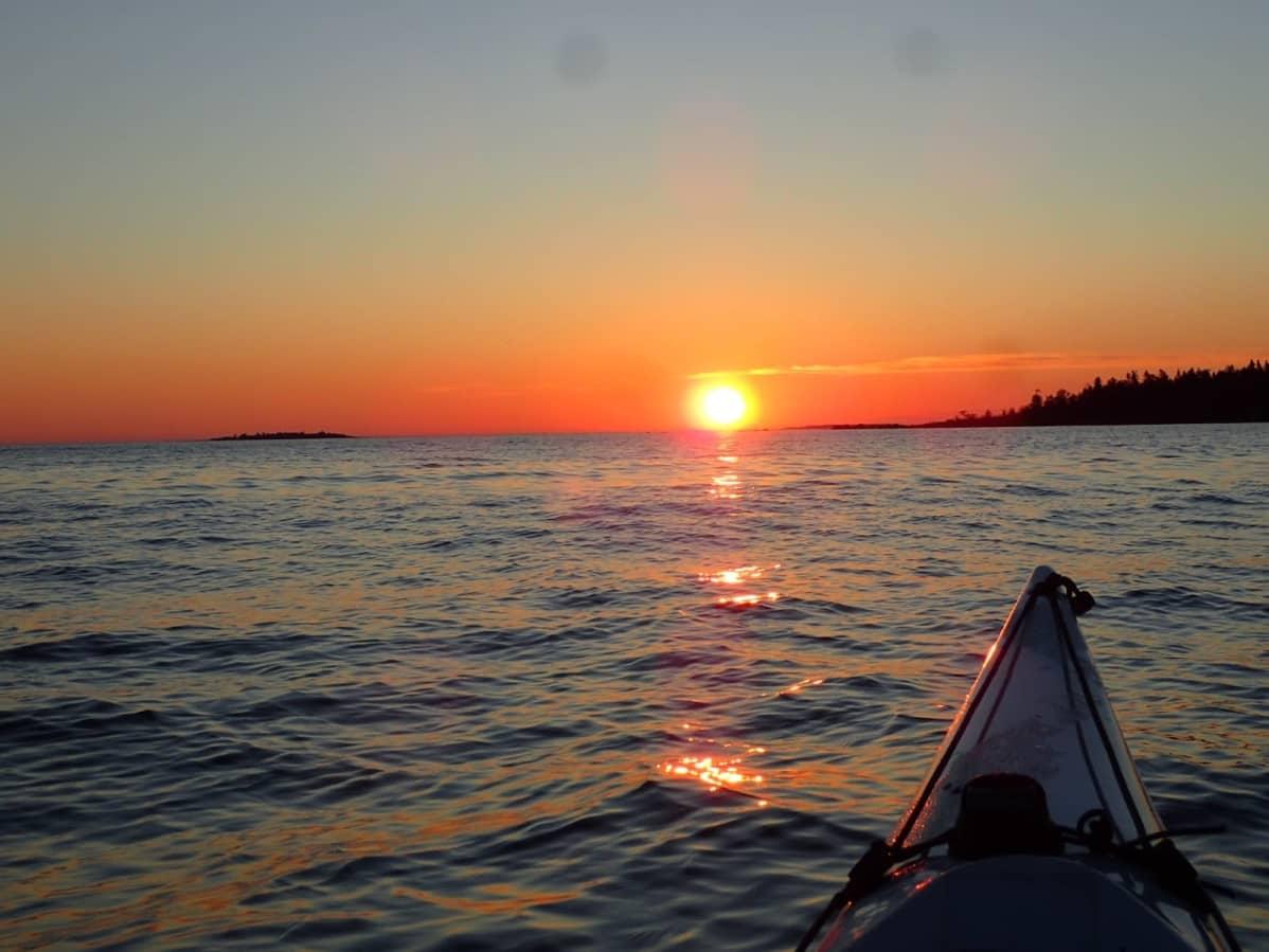 Aurinko nousee merestä jo 2.30