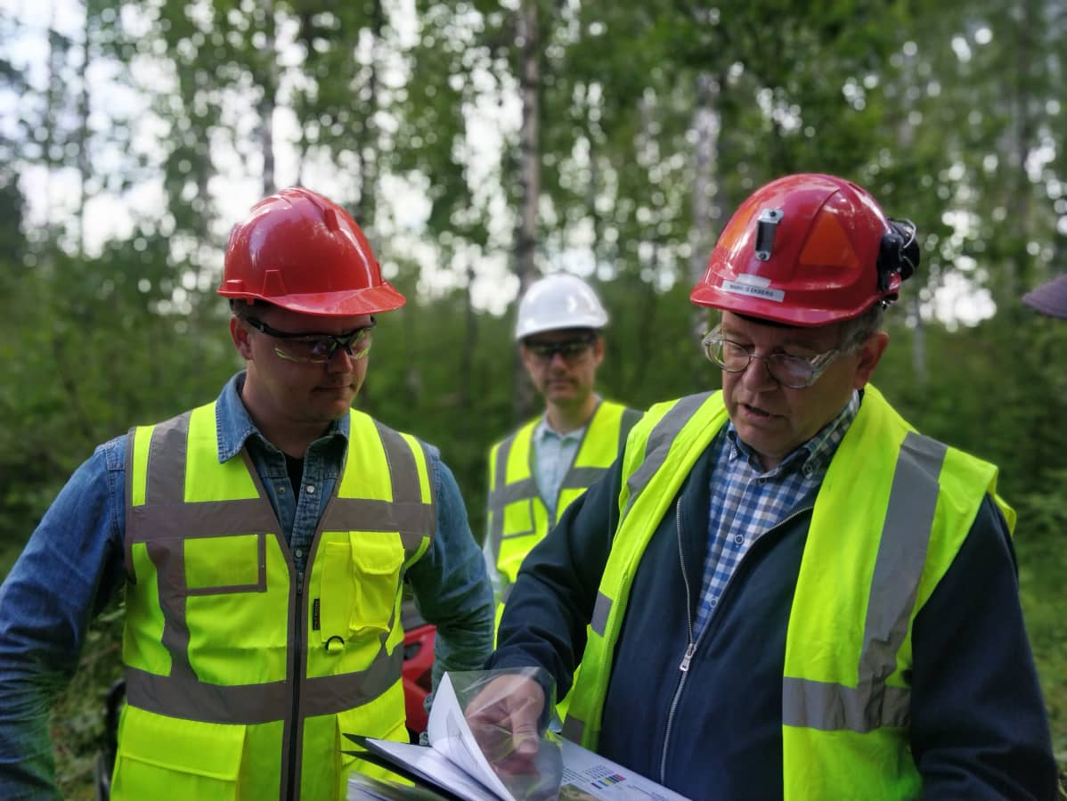 Kuvassa on FinnCobalt-yhtiön toimitusjohtaja Markus Ekberg (oikealla), sekä kaksi Hautalammen kaivoksen geologia.