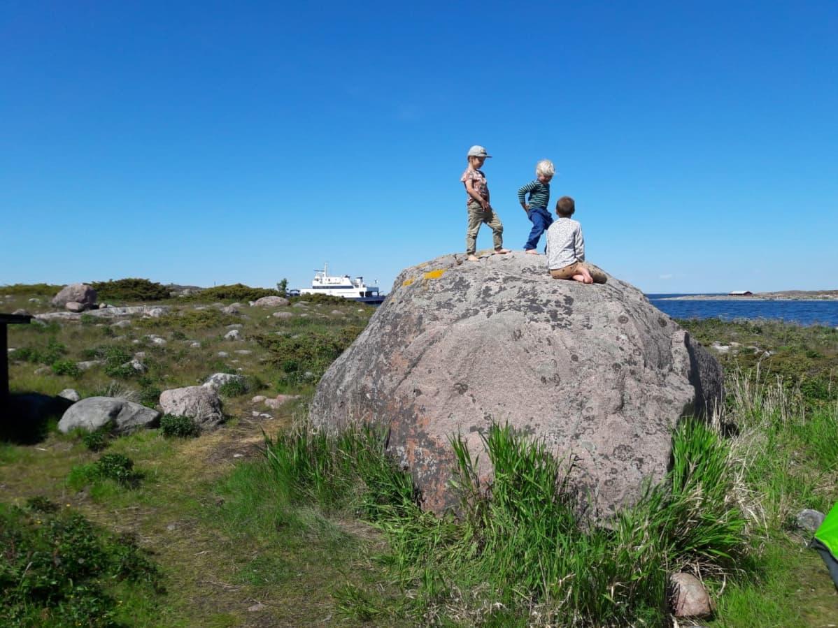 Lapset leikkivät kivellä Jurmossa meren äärellä.