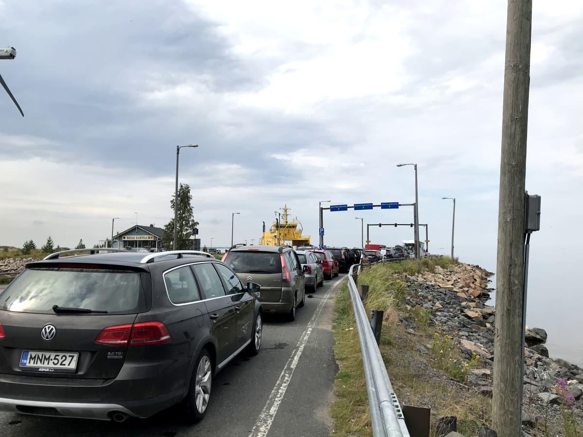 Kuvassa autojono Hailuodon lautalle Oulunsalon lauttarannassa.