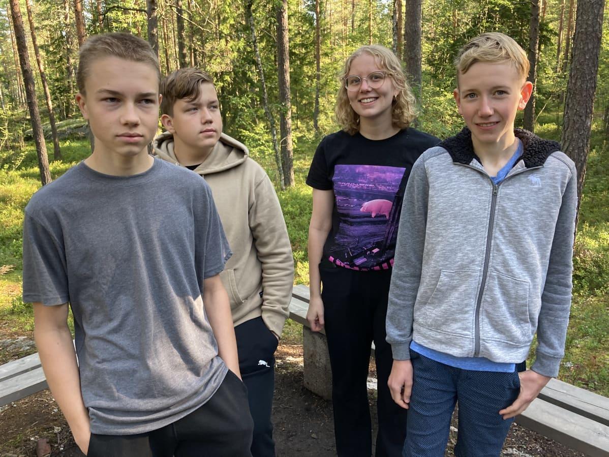 Mikael Mäki (vas), Robin Järvi, Alexandra Toom ja Erik Hed Prometheus-leirillä Nuuksiossa.