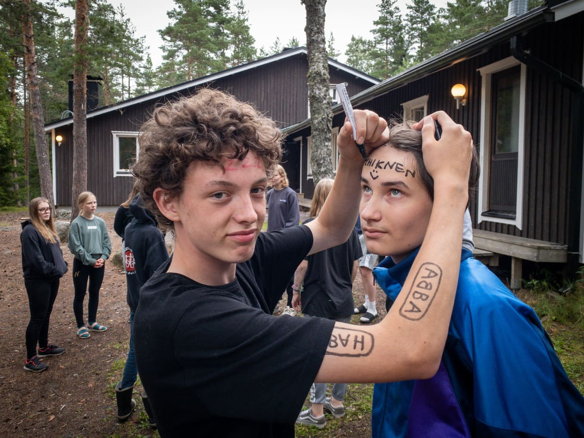 Matias ja Aarni piirtävät tussilla tatuointeja ihoon.