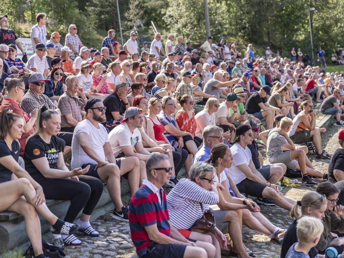 Katsojia Jyväskylän Lohen pesäpallo-ottelussa