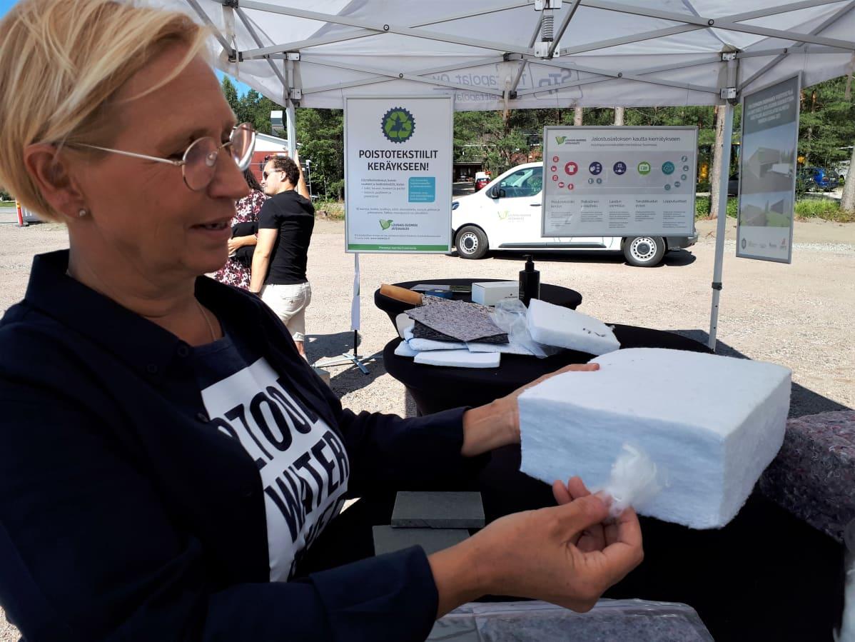 Hallituksen puheenjohtaja Outi Luukko kiertotalousyritys Resteristä esittelee, millaista kierrätyskuitua saadaan sairaalan poistotekstiileistä.