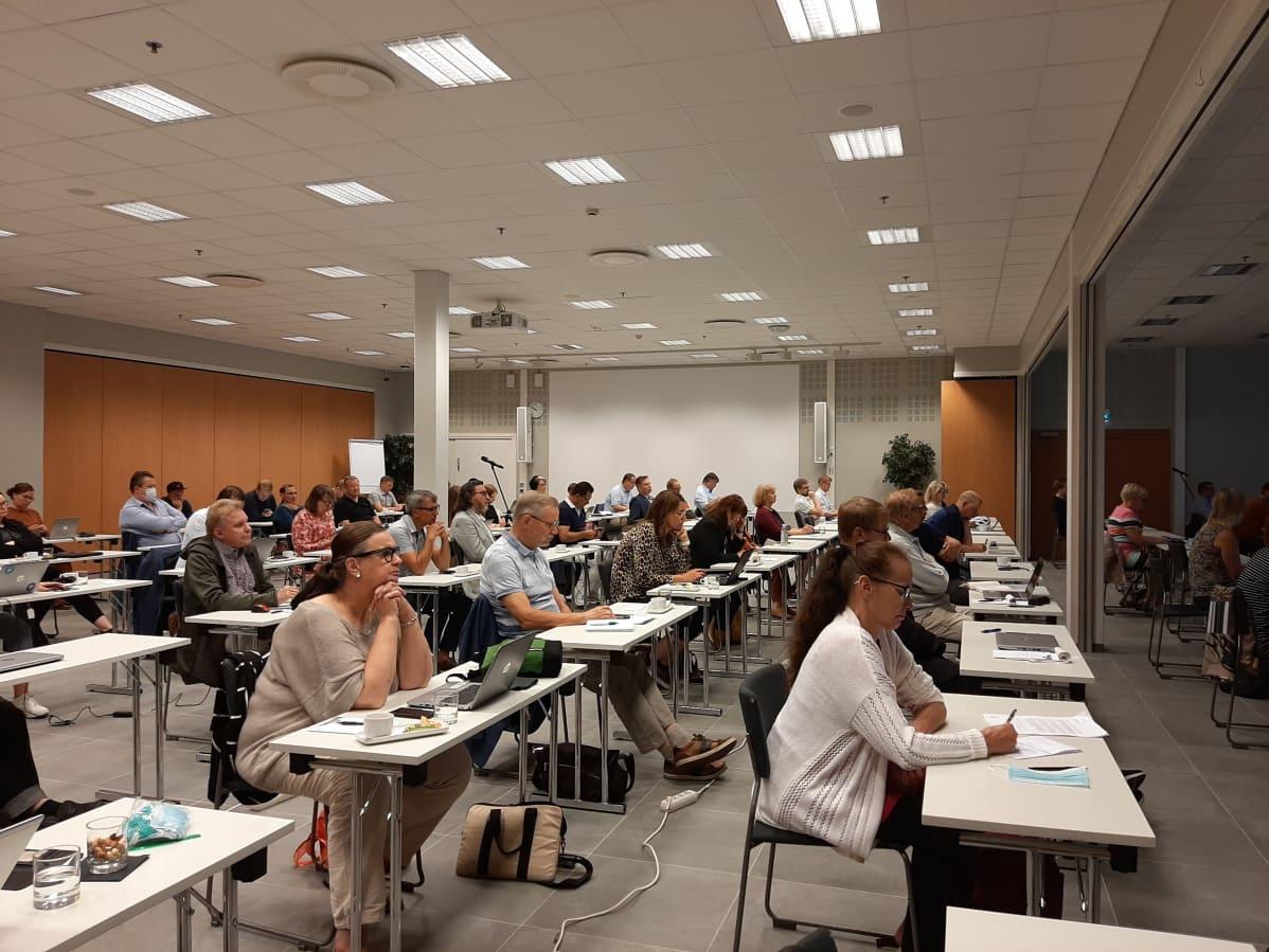 Lahden kaupunginvaltuusto koolla seminaarissa Lahti-hallissa 19.8.2020.