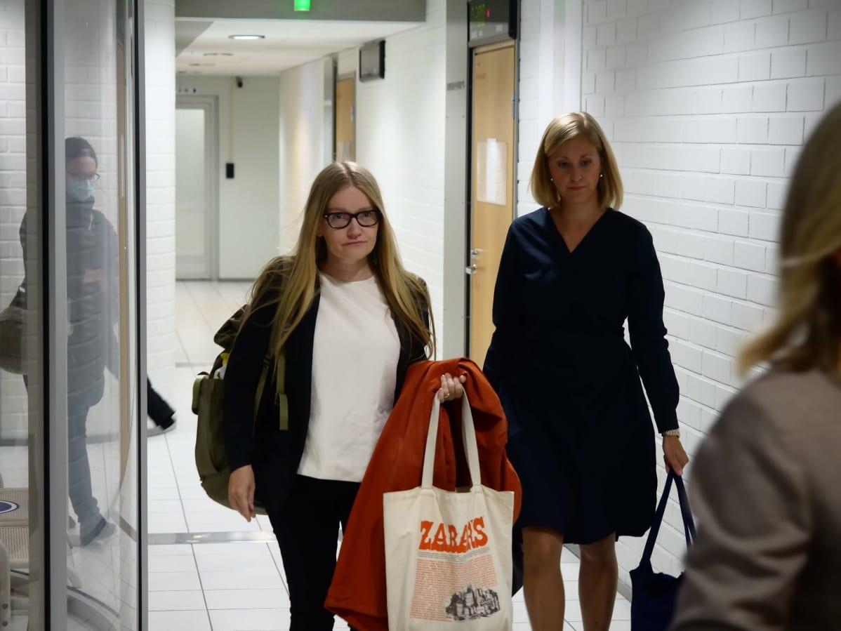 Johanna Vehkoo saapuu Rovaniemen hovioikeuden käsittelyyn Oulussa.