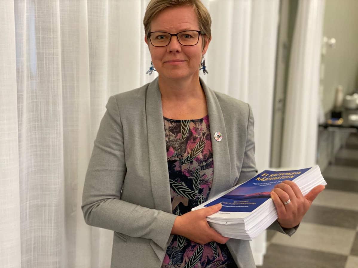 """Ympäristö- ja ilmastoministeri Krista Mikkonen vastaanotti 37 200 nimen """"Ei kaivoksia Käsivarteen"""" -adressin Helsingissä."""