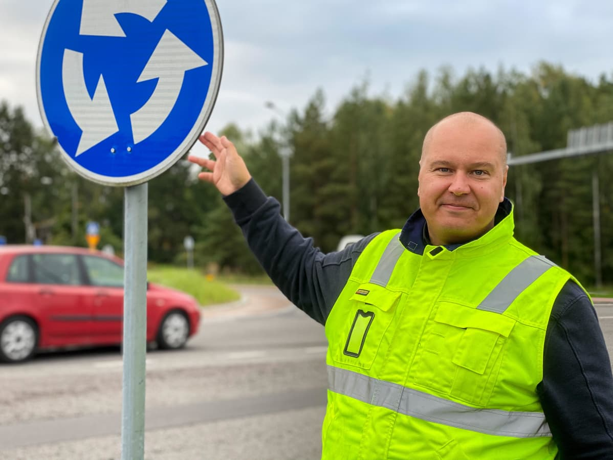 Liikenneturvan Lounais-Suomen yhteyspäällikkö Tapio Heiskanen kiertoliittymän liikennemerkin vieressä.