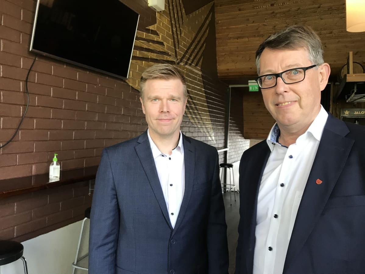 Pohjois-Karjalan maakuntajohtajaksi valittu Markus Hirvonen (vasemmalla) ja vt. maakuntajohtaja Risto Poutiainen.