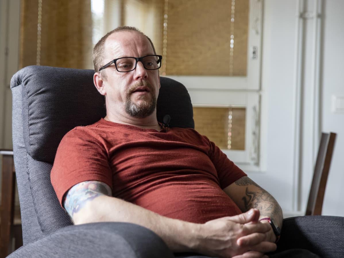 Janne Keinänen istumassa olohuoneessaan.