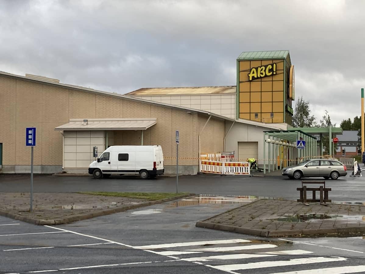 Heinolankaaren ABC:llä lähti peltikattoa nyrskyn seurauksena sadan neliön verran Kokkolassa