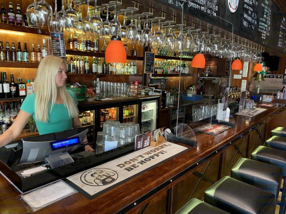 Kotkalainen baarityöntekijä Elina Heletoja työpaikallaan Public Cornerissa