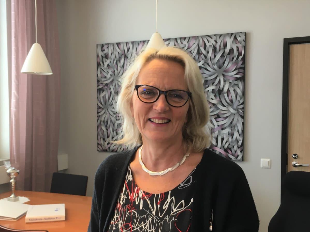 Seinäjoen lyseon rehtori Kaisa Isotalo työhuoneessaan.
