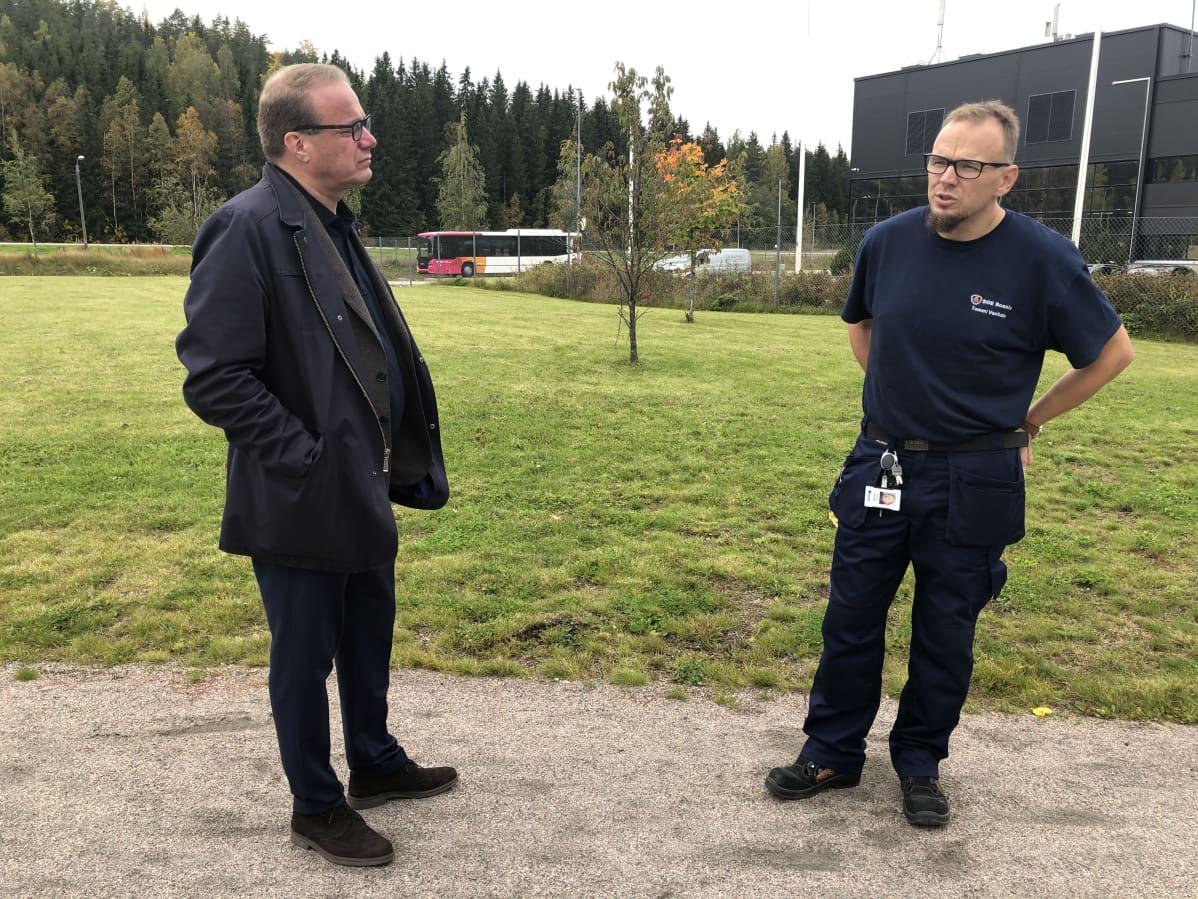 SOE Busproduction Finlandin pääluottamusmies Tommi Vanhala sekä Lahden kaupunginjohtaja Pekka Timonen yrityksen ulkopuolella.