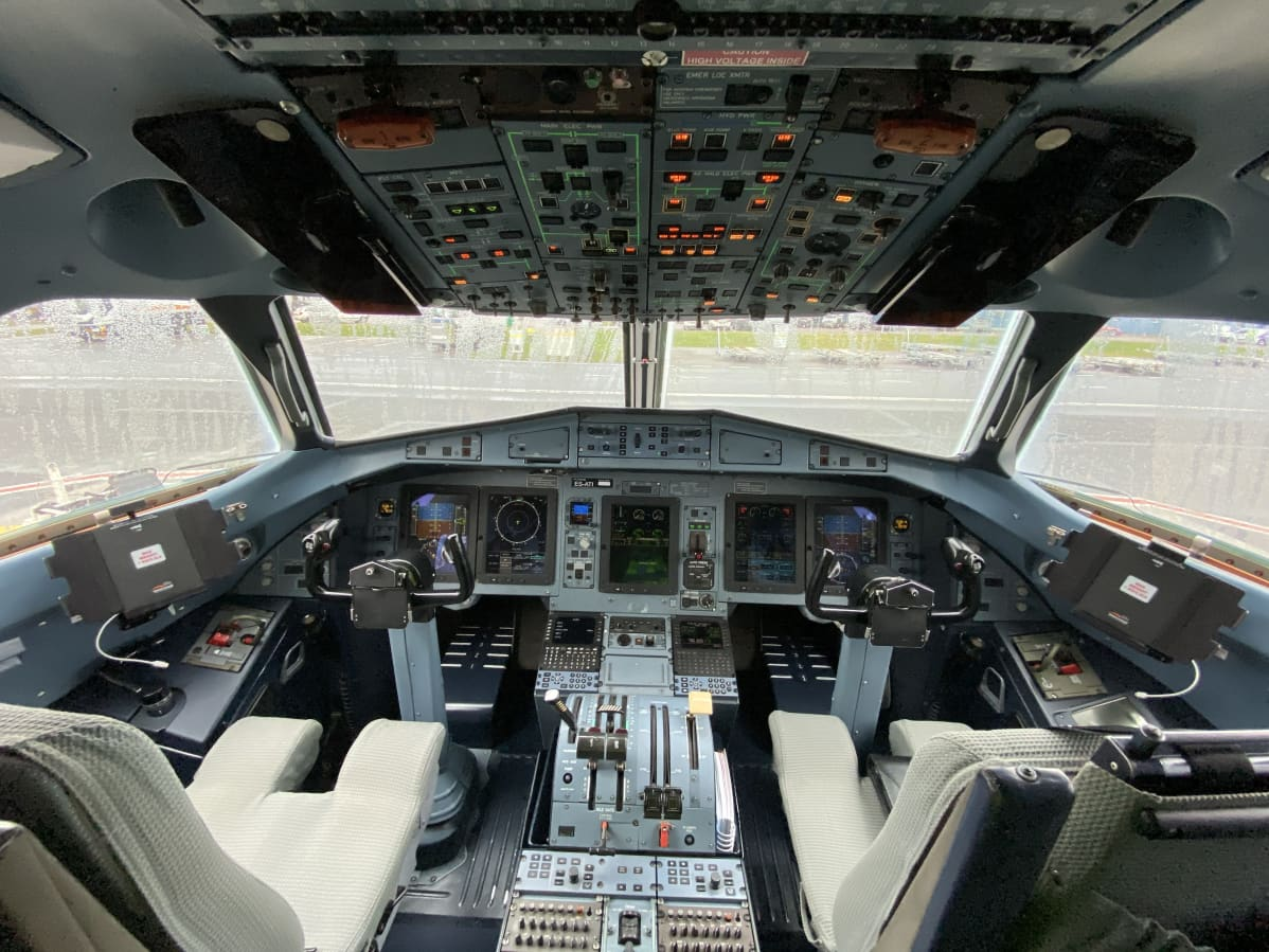 Xflyn Bombardier CRJ-700:n ohjaamo