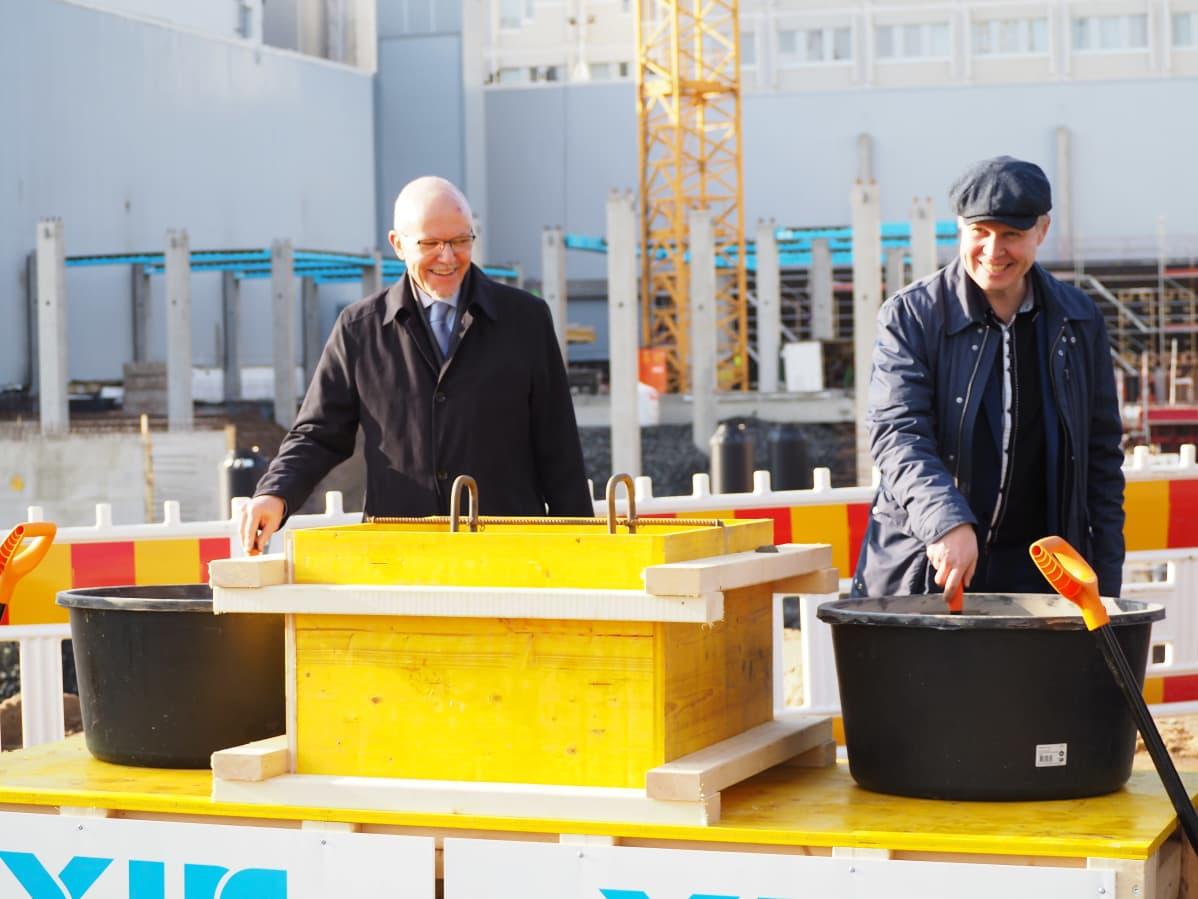 Lapin keskussairaalan peruskiveä muuraamassa sairaanhoitopiirin johtaja Jari Jokela (vasemmalla) ja laajennushankkeen johtaja Janne Keskinarkaus