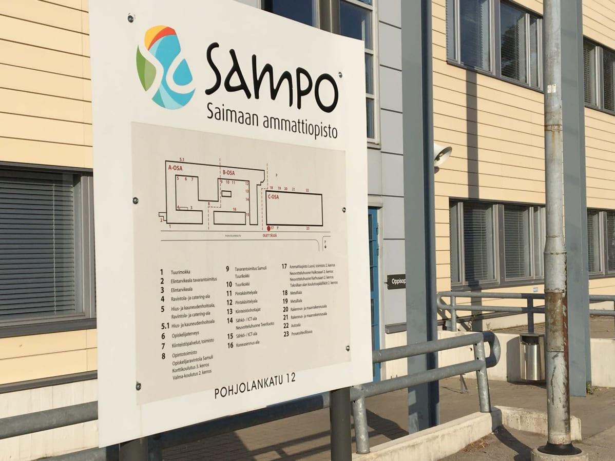 Saimaan ammattiopisto Sampon opaskyltti koulun edessä.