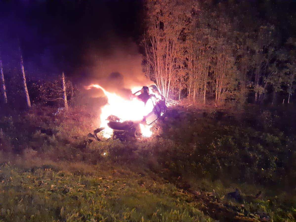 Tieltä ulos ajanut auto tulessa.