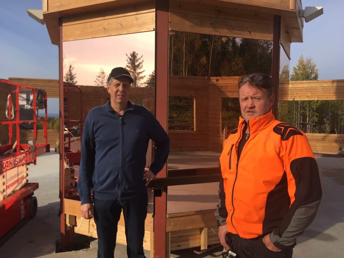 Kyläyhdistyksen Heikki Salmela ja Lakeaharjun yrittäjä Jouni Niemelä ovat mukana Lomakouheron rakennuksen siirtämisessä Vimpeliin kylätaloksi.
