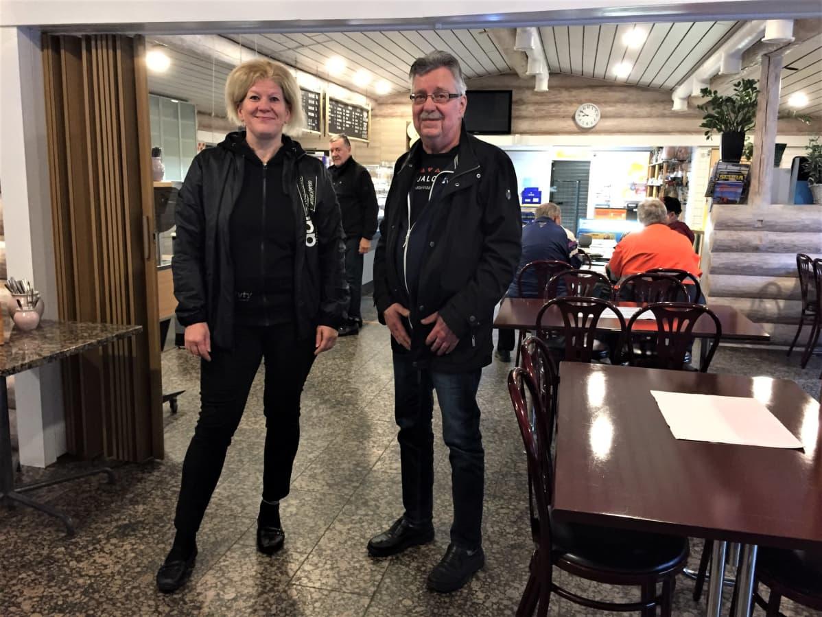 Ylämaalaiset Seija Hovi-Kuikko ja Ylämaan yrittäjien puheenjohtaja Hannu Heinonen.
