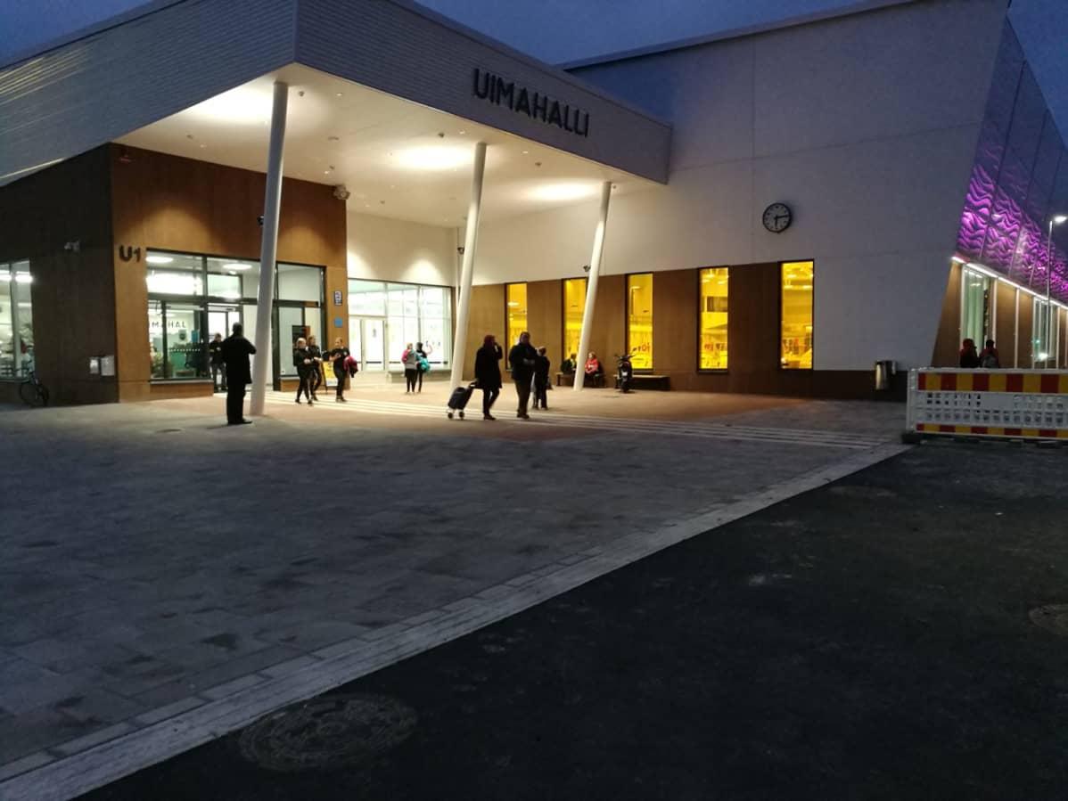 Kuopion uimahallin edusta iltavalaistuksessa.