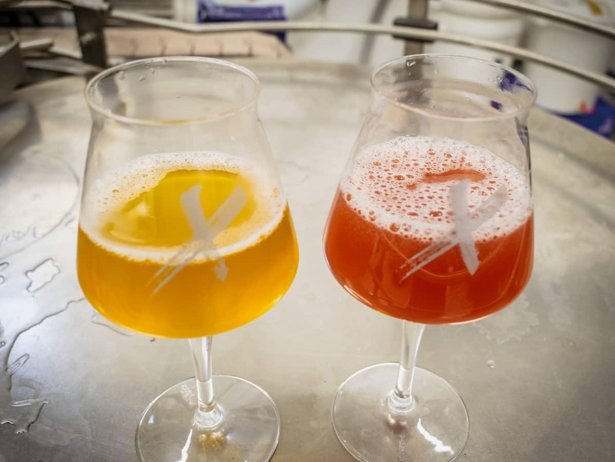 Olutta kahdessa olutlasissa.