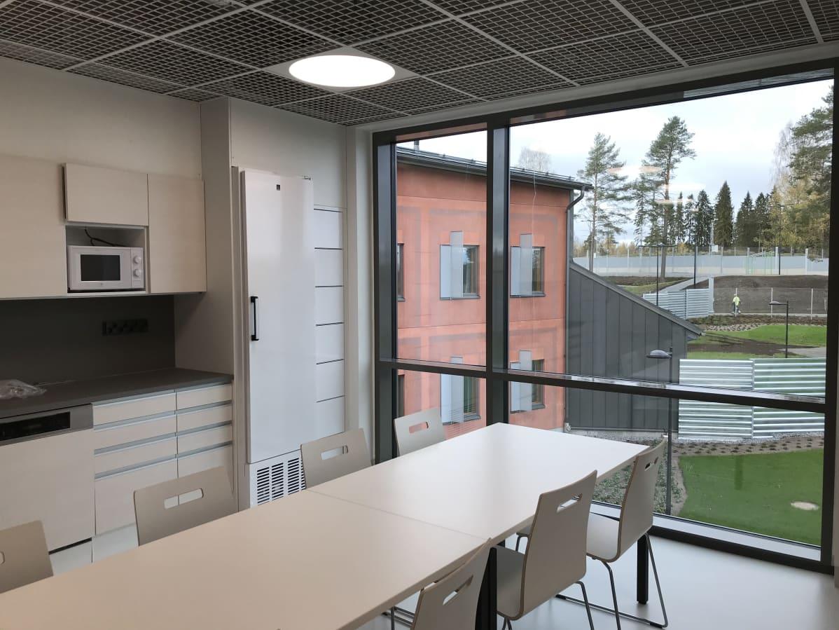 Hämeenlinnan uuden vankilan yhteiskeittiö.