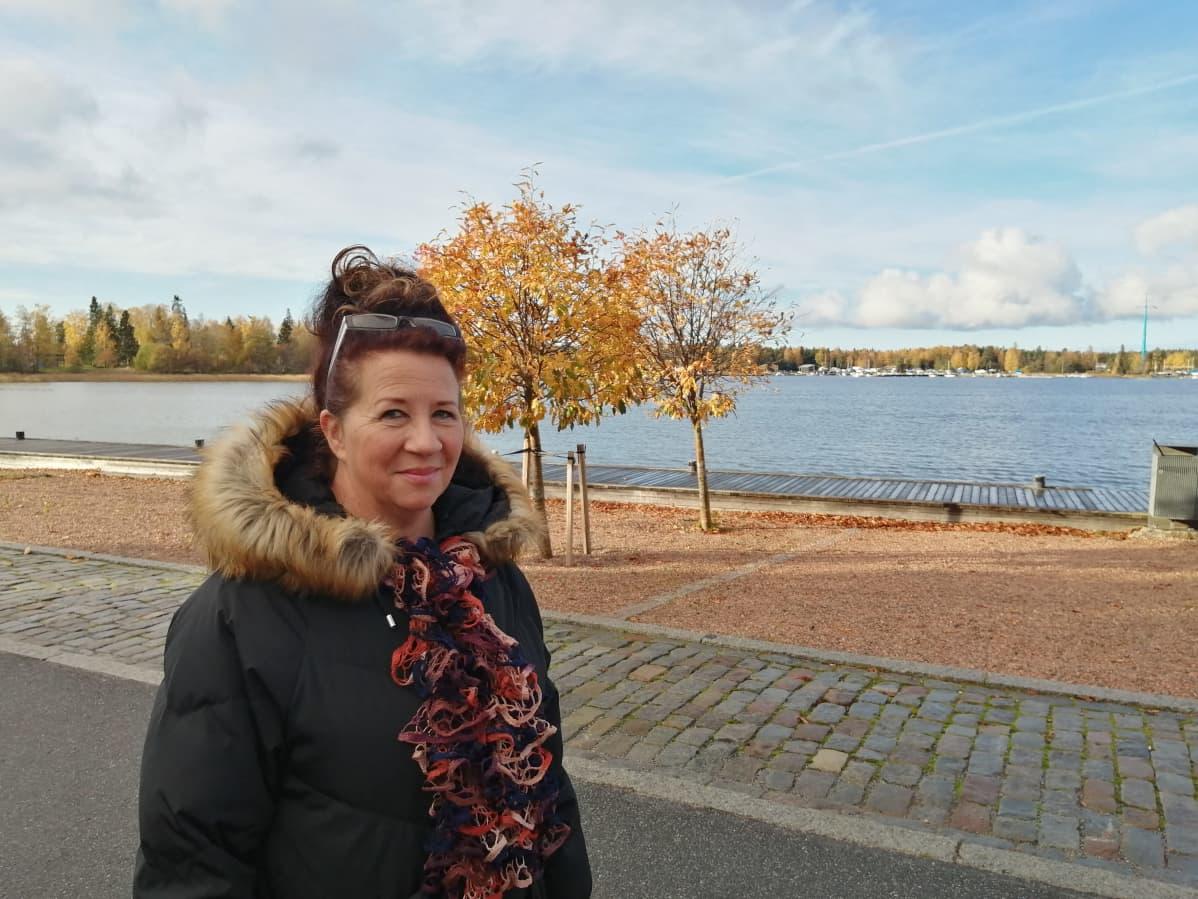 Vaasan ruoka-apuyhdistyksen varapuheenjohtaja Marttina Rahja haastateltavana Vaasan sisäsataman rannan läheisyydessä.