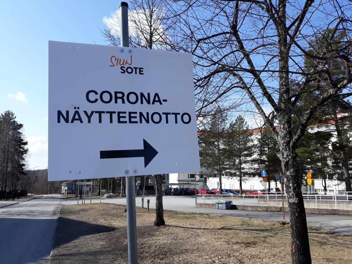 Opastekyltti ohjaa koronatestiin Pohjois-Karjalan keskussairaalan alueella.
