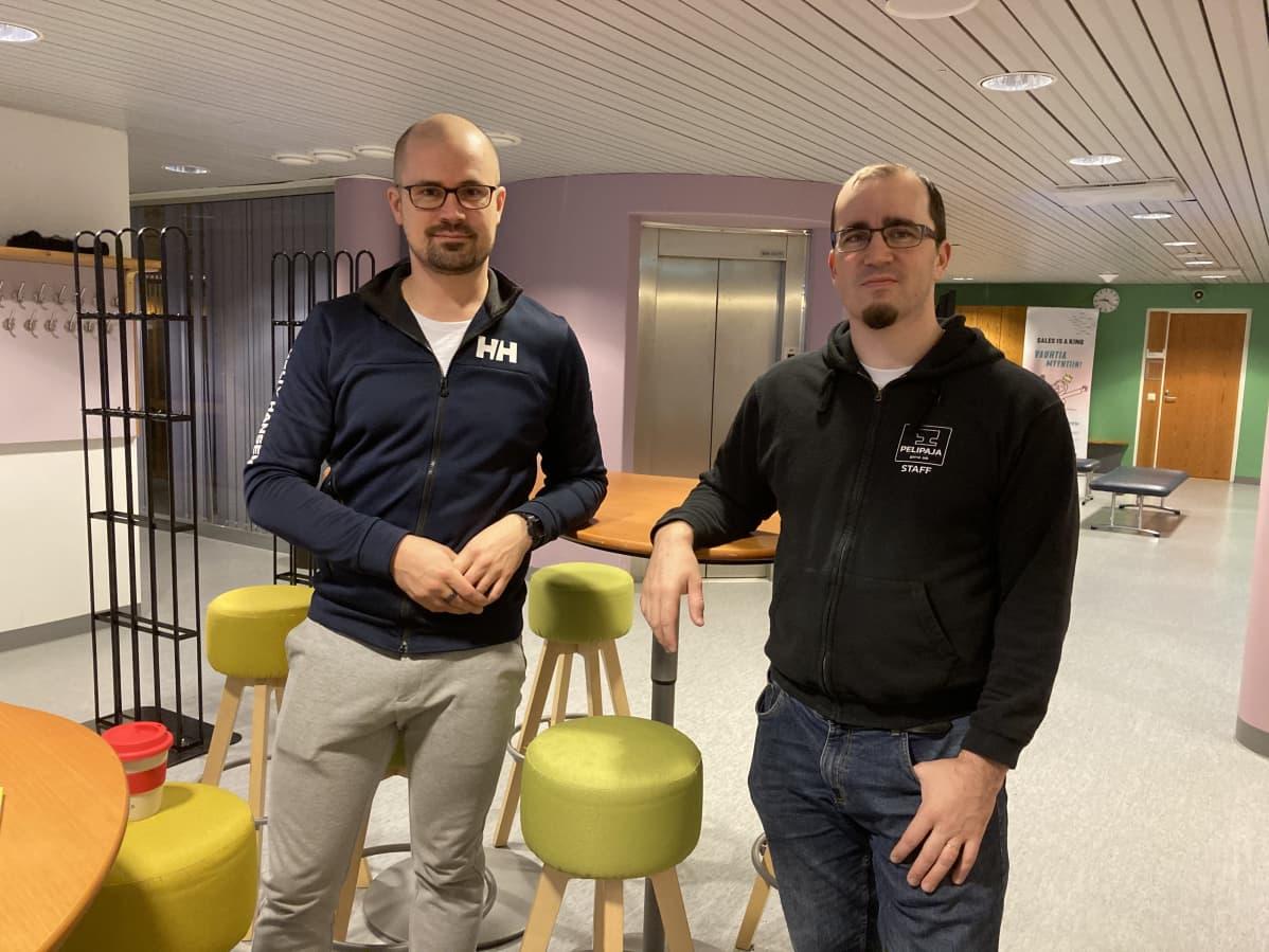 Kaksi miestä seisoo kuvassa