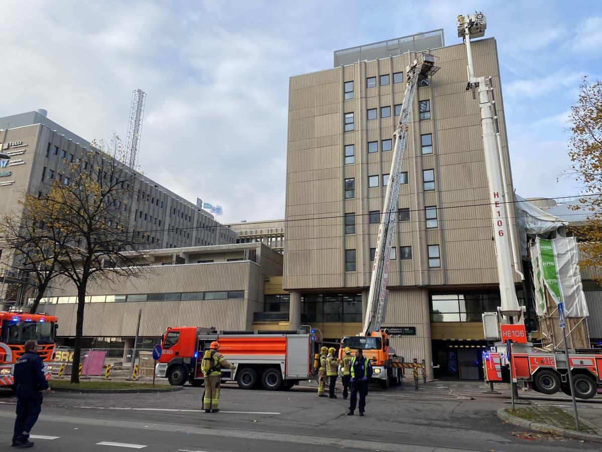 Pelastuslaitoksen ajoneuvoja Asemapäällikönkadulla.
