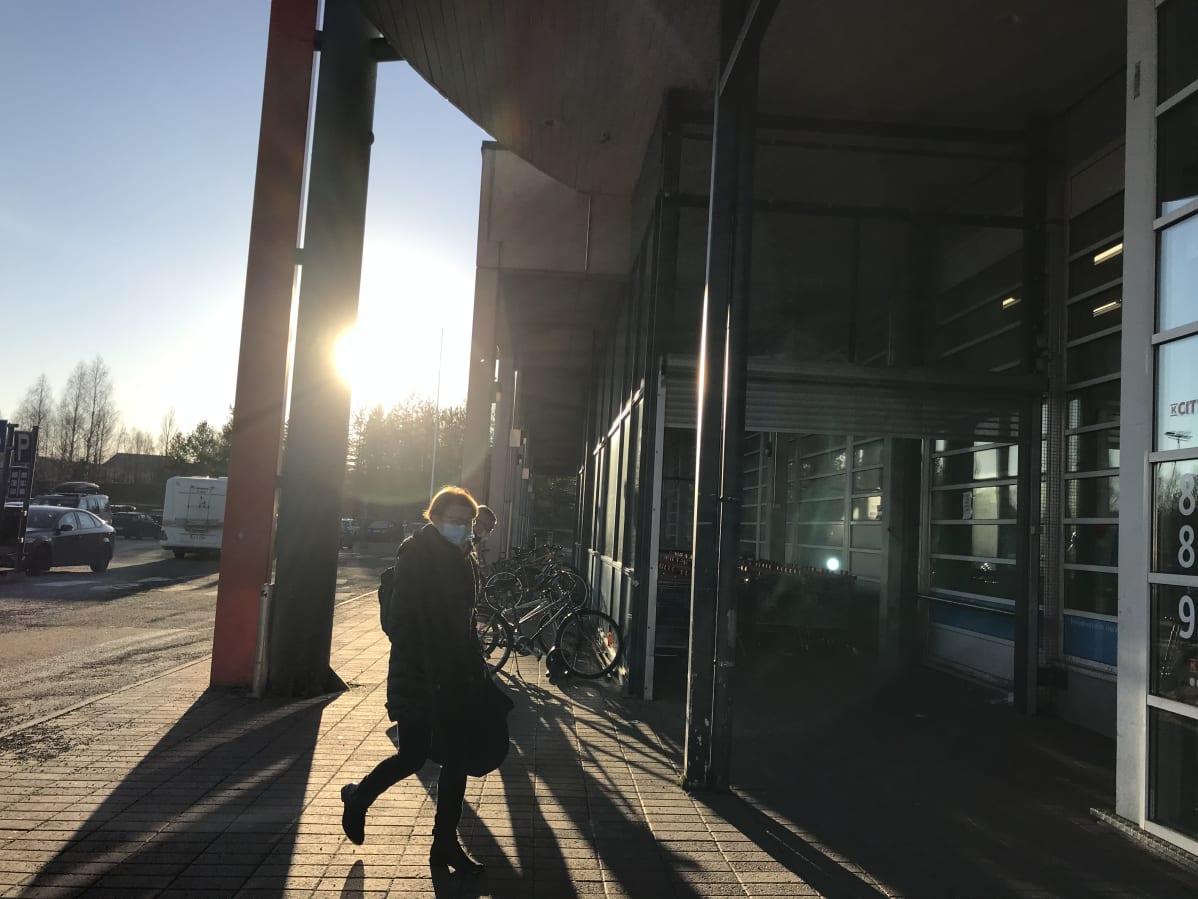 Asiakas menee Rovaniemen Citymarketiin maski kasvoillaan.