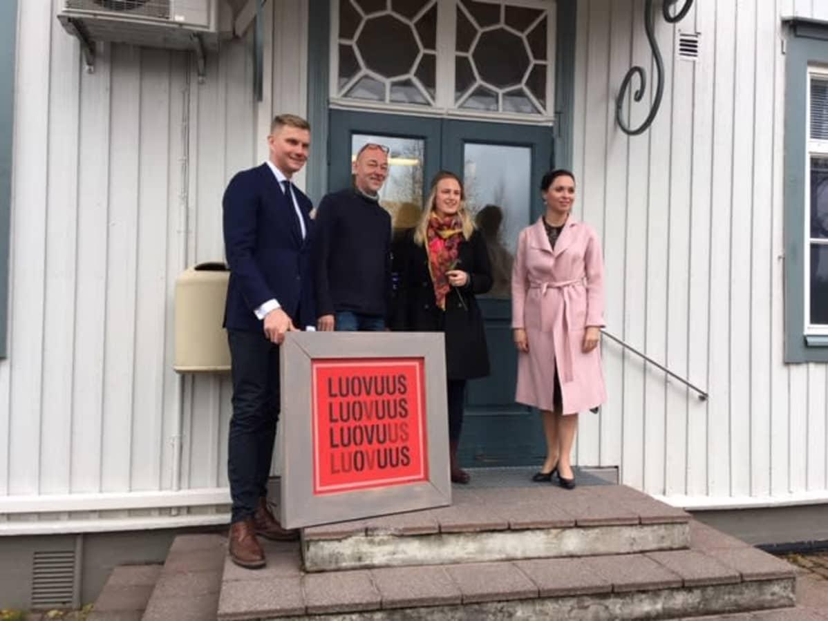 Jouni Eho, Vesa Ristimäki, Netta Norro ja Emilia Vesalainen-Pellas talon portailla