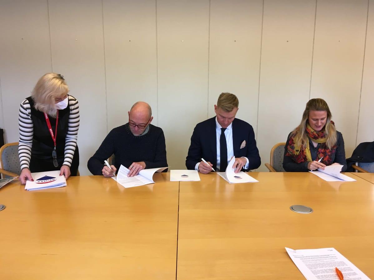 Osapuolet allekirjoittavat kauppasopimusta