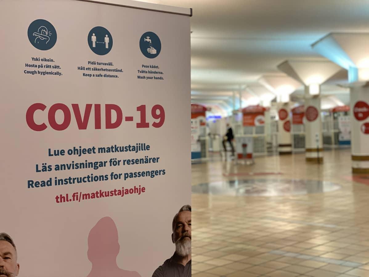 Skylt med anvisningar för att undvika Covid-19.
