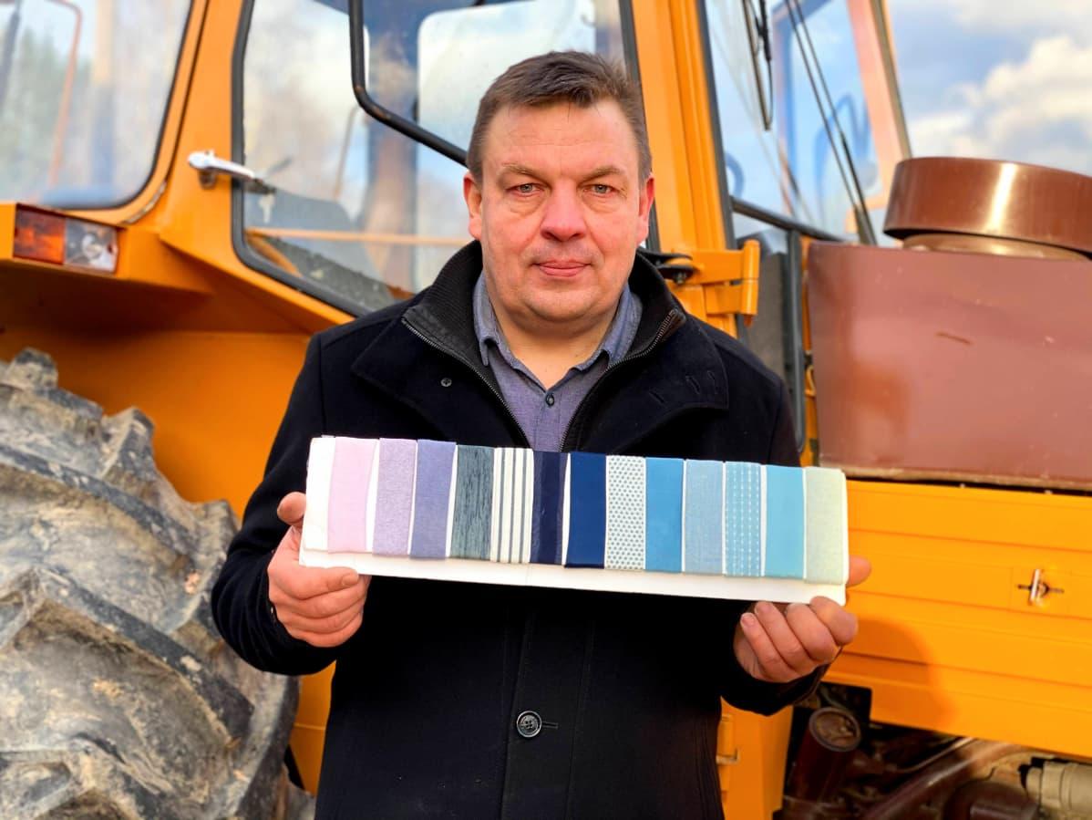 Natural Indigo Finlandin yrittäjä Pasi Ainasoja ja indigosta tehty värikartta.