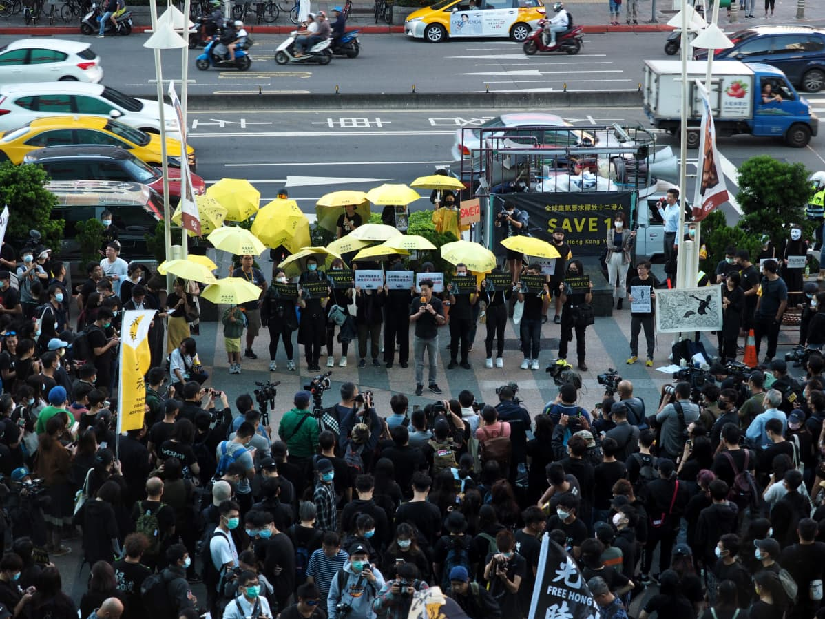 Taiwanissa mielenosoittajat vaativat 12 hongkongilaisen vapauttamista 25. lokakuuta 2020. Kiina otti veneellä Taiwaniin pyrkineet kiinni elokuussa.