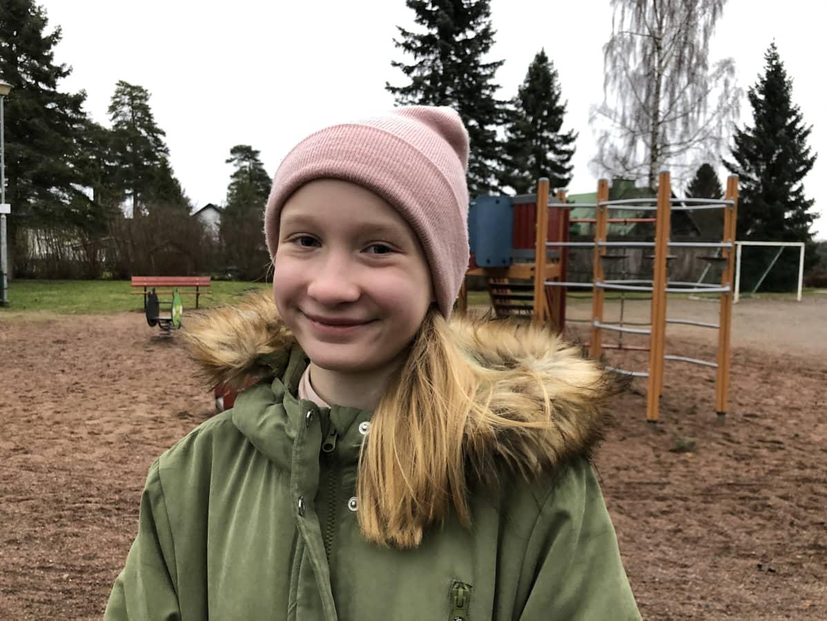 Unna Hynninen hymyilee leikkipuistossa