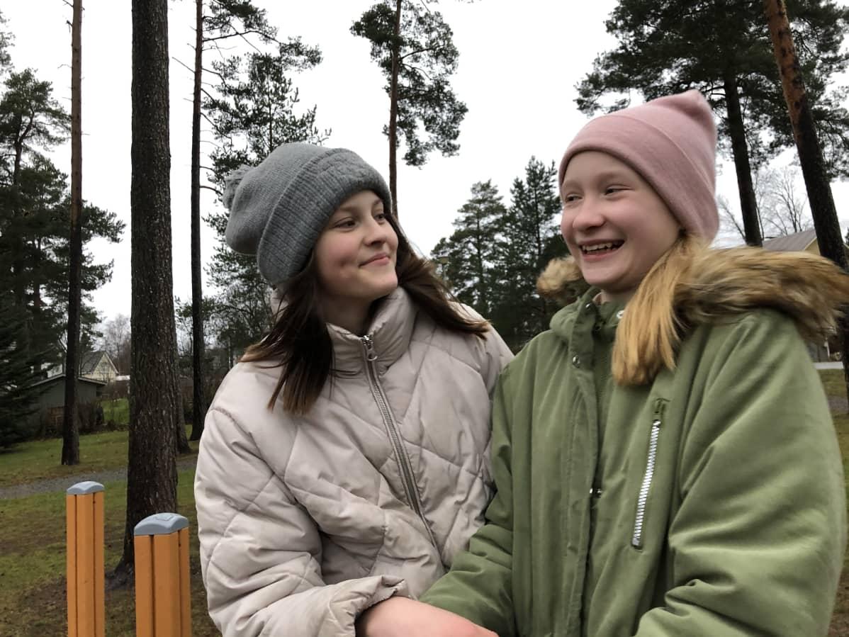 Wilhelmina Maasola ja Unna Hynninen hymyilevät leikkipuistossa