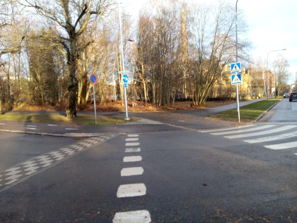 Koulukadun ja Eteläpuiston kulma Tampereella on pitkään ollut rakentamatonta puistikkoa.