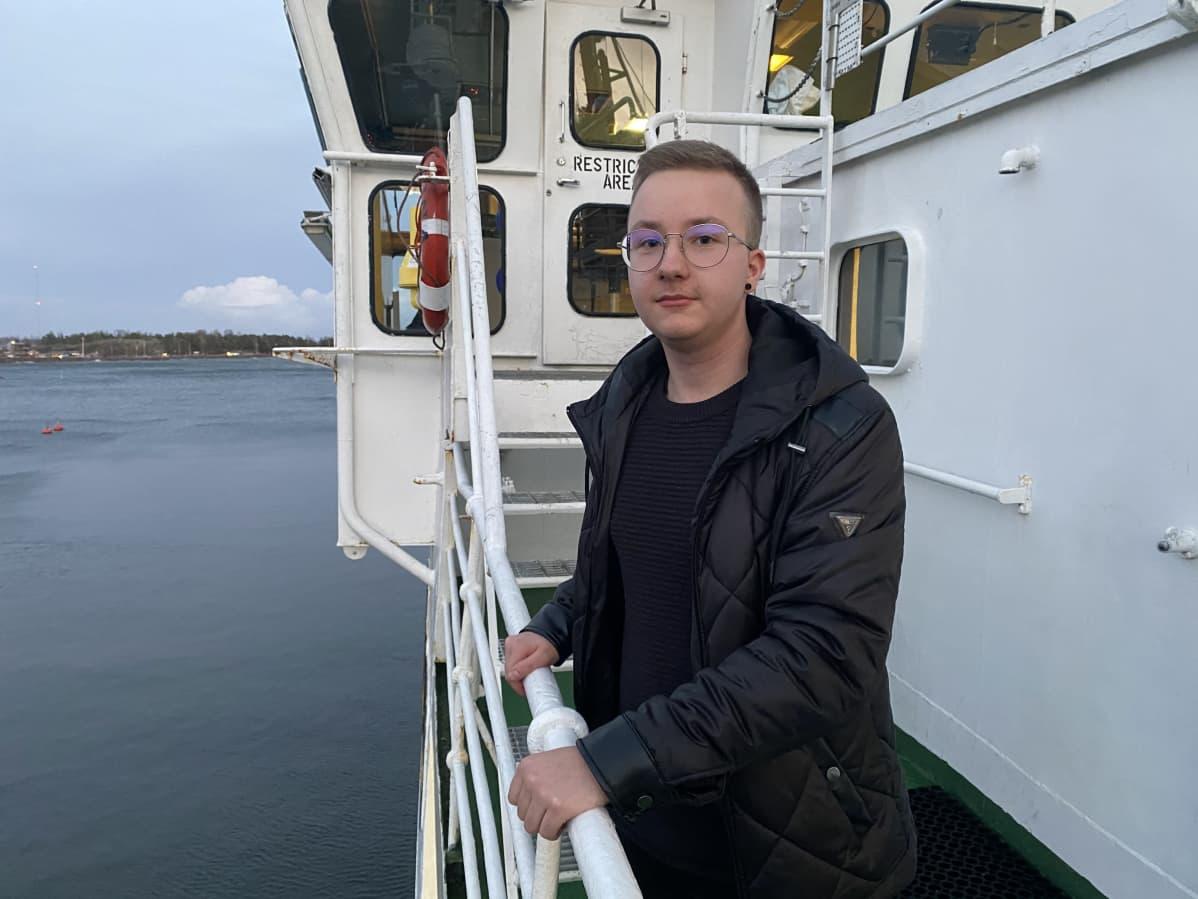 miro johansson seisoo koululaiva MS Katarinan kannella.