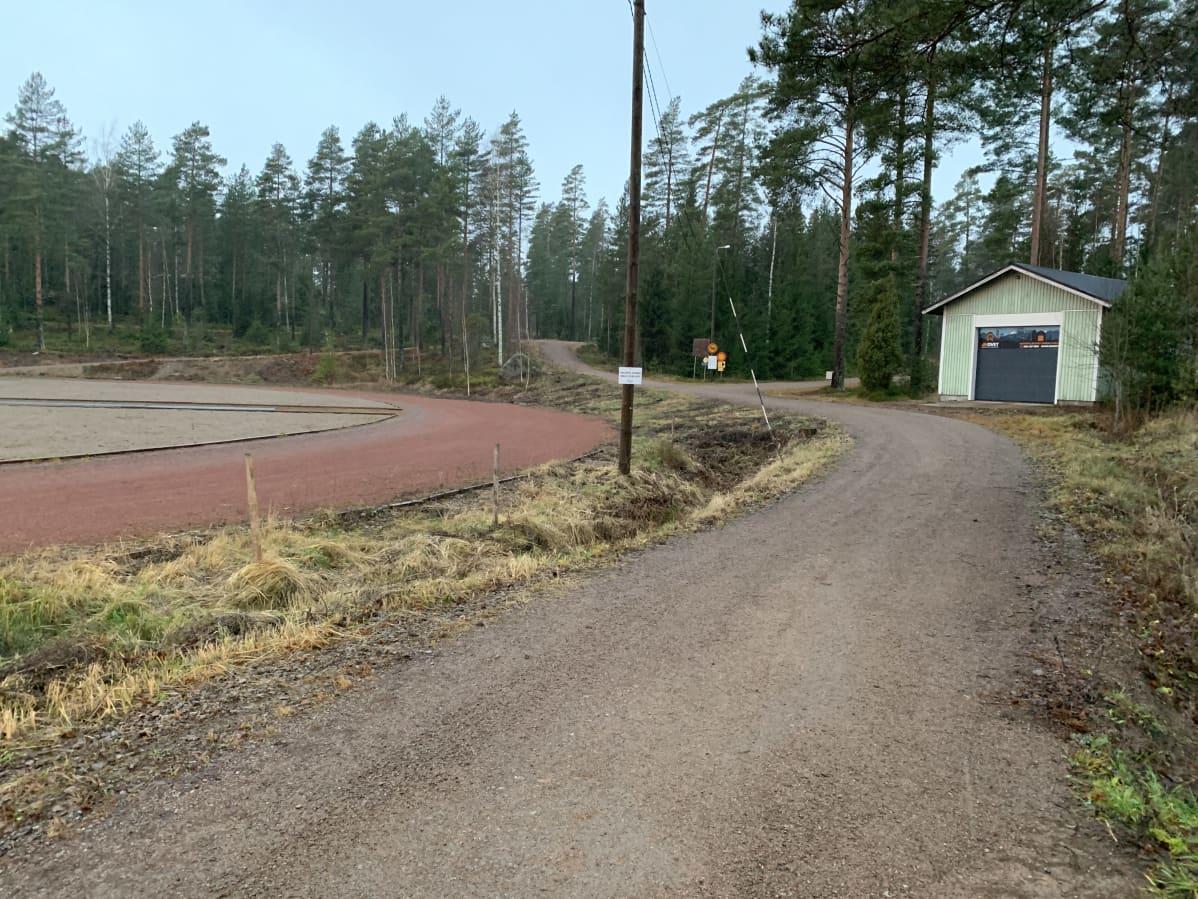 Kouvolassa Anjalan urheilukenttä, jonka maastoon tehdään talvisin tykkilumilatu